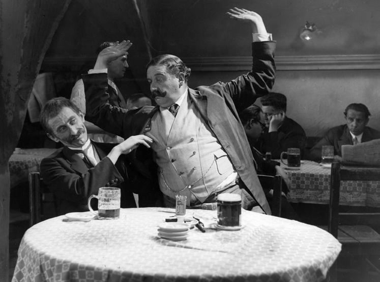 Jindřich Plachta a Pištěk v komedii Muži v offsidu, vpravo Jindřich Adolf